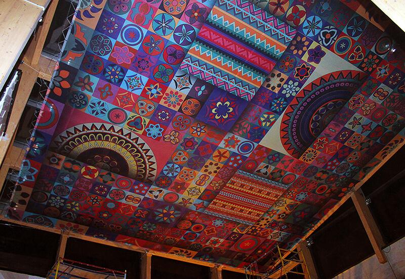 Оформление потолка баннерной сеткой