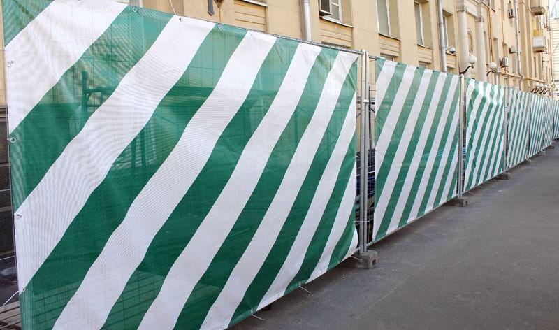 Баннерная сетка на строительных ограждениях
